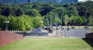 Eingang zum U-Bahnhof Bundestag menschenleer