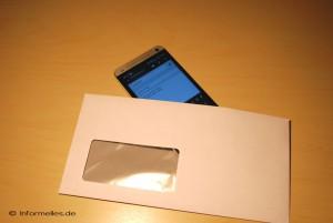 Smartphone in den Umschlag stecken