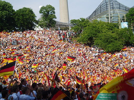 Fußball-Fans im Olympiapark München| Foto: René Stark (Eigenes Werk) [GFDL, CC-BY-SA-3.0 oder CC BY-SA 2.5-2.0-1.0], via Wikimedia Commons